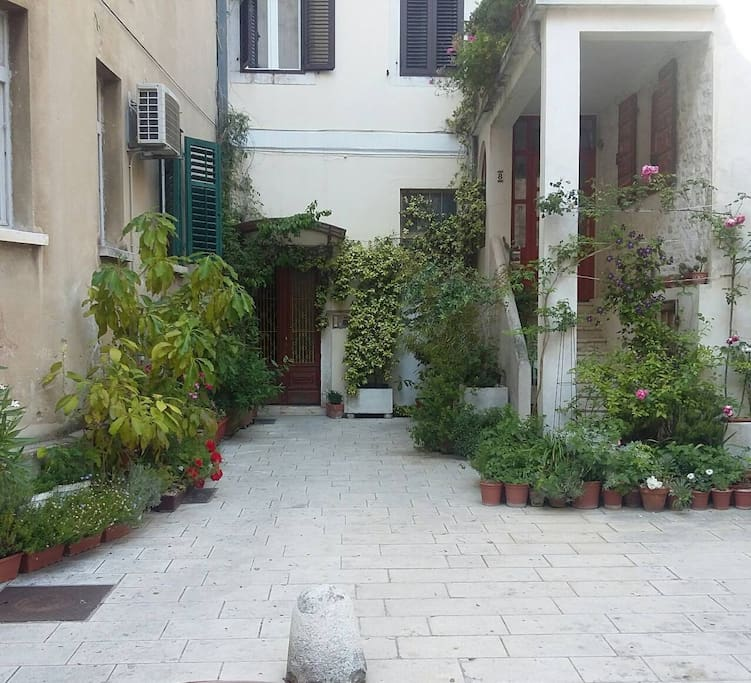 Entrance in the building of Zaratino apartment