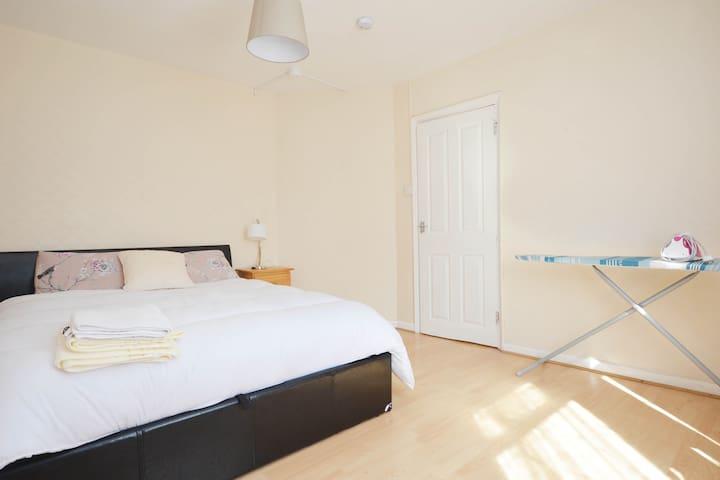 Cosy 4 Bedroom House near Heathway station