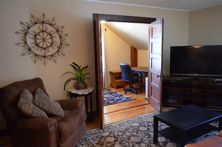 Bonus room with desk.