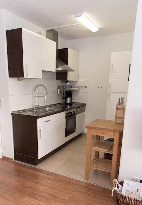 Küche mit großem Kühlschrank und Gefrierfach