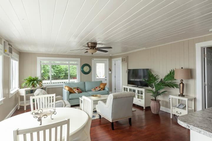 Salt Water Pearl Beach Cottage just south of the Pier - Walk to everything