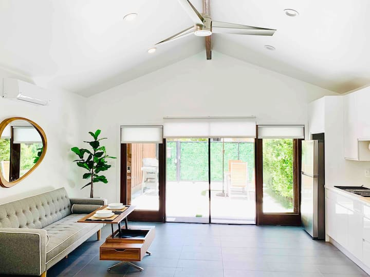Indoor/Outdoor Private Modern Guest Studio