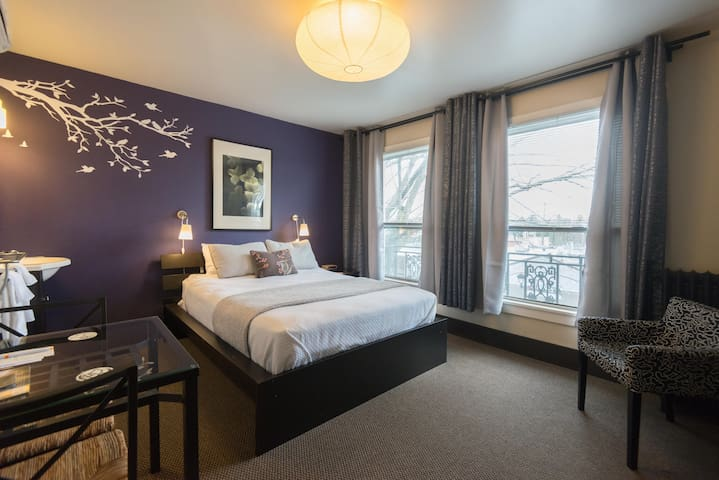 Panaromic Queen Suite Room in hip cool Portland-Camas