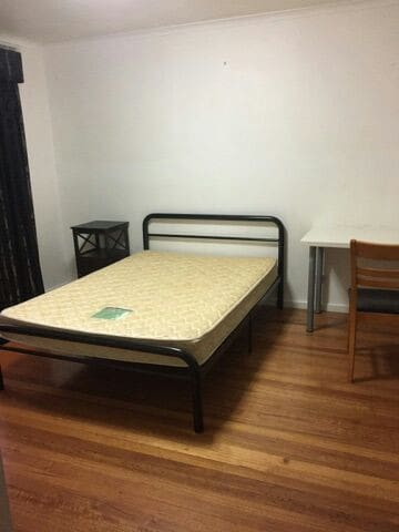 Master bedroom with separate toilet - Vermont South - วิลล่า