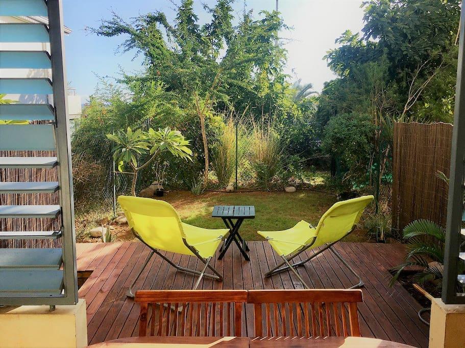 Terrasse et jardinet, vue sur les jardins de la résidence