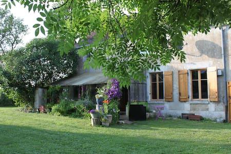 La Montagne aux Alouettes - Lainsecq - ที่พักพร้อมอาหารเช้า