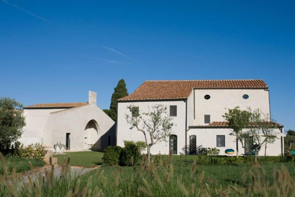 La proprietà comprende due edifici: la casa principale divisa in appartamenti e una chiesa sconsacrata trasformata in una villa.