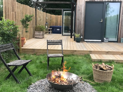 Peaceful Studio Escape With Hot Tub To Relax In