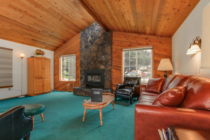 Ultra-cozy dog-friendly house w/ all the comforts of home & the perfect location