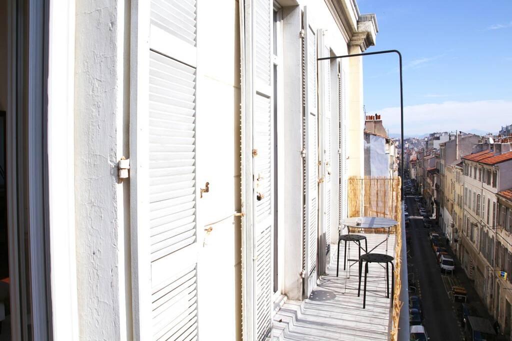 Un balcon filant plein sud, ou l'on retrouve le réel bonheur de déjeuner au soleil!