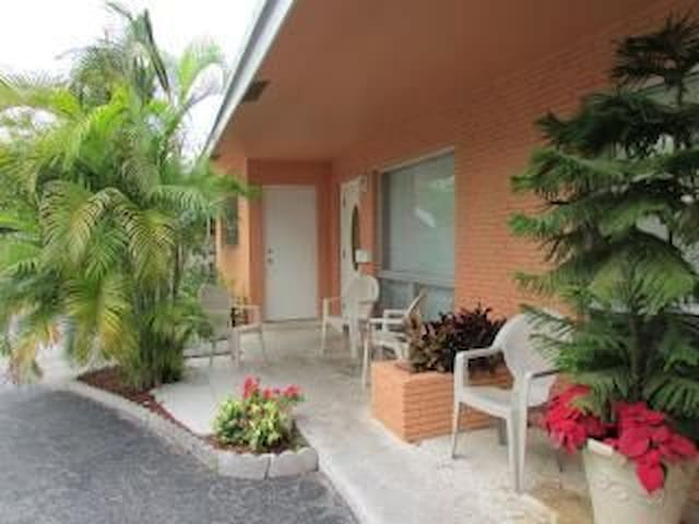 SunnyHome 1.5 Miles From The Beach2 - Fort Lauderdale - Bed & Breakfast