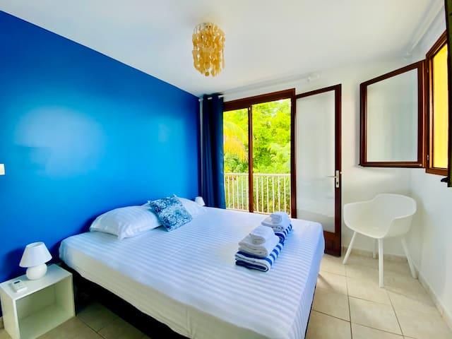 Chambre n°1 climatisée avec lit en 160cm, espace penderie, accès jardin et vue mer