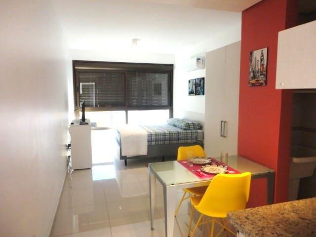 Apartamento conta com roupa de cama, toalhas de banho e rosto, travesseiros, cobertor, edredon, lençól e sobre lençol, fronhas e cabides no armário