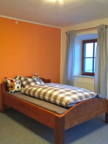 Eines unserer vier Zimmer. Wir haben zwei Doppelzimmer und zwei Einzelzimmer und können bis zu sechs Personen aufnehmen!