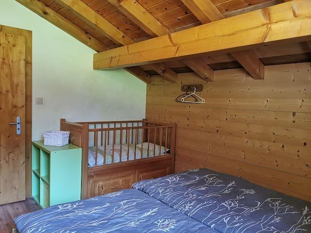 Chambre 1, lit 180x200cm + lit de bébé