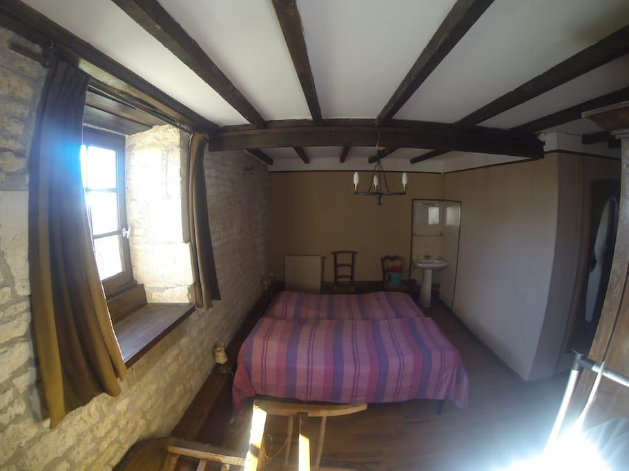 chambre 1 avec 3 lits simple, exposée plein sud.