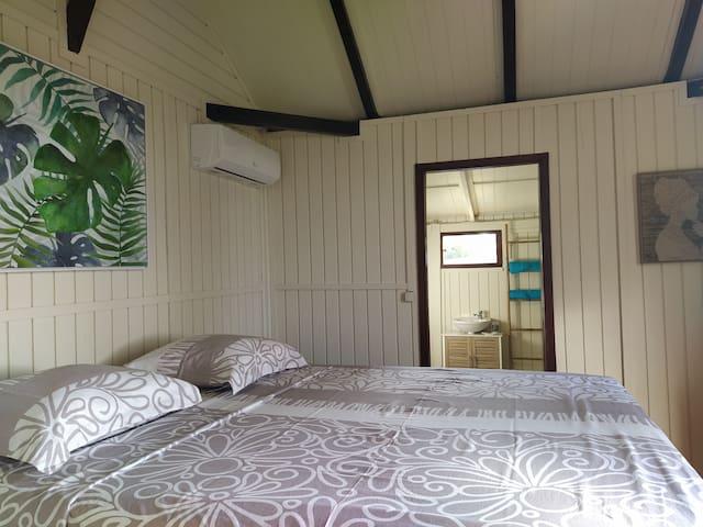 Votre chambre climatisée  ( lit 160 x 200), avec l'accès à la salle de bain / WC