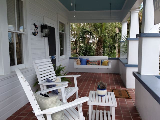 Downtown Apalach / Blue Moon Cottage / Sleeps 2-8+