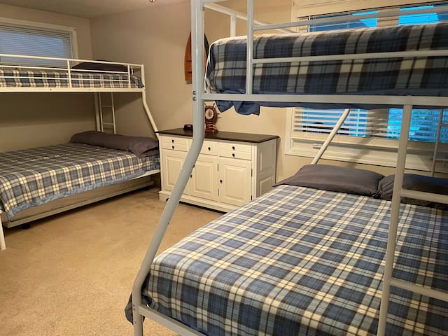 Bunk room with 2 twin over full bunks
