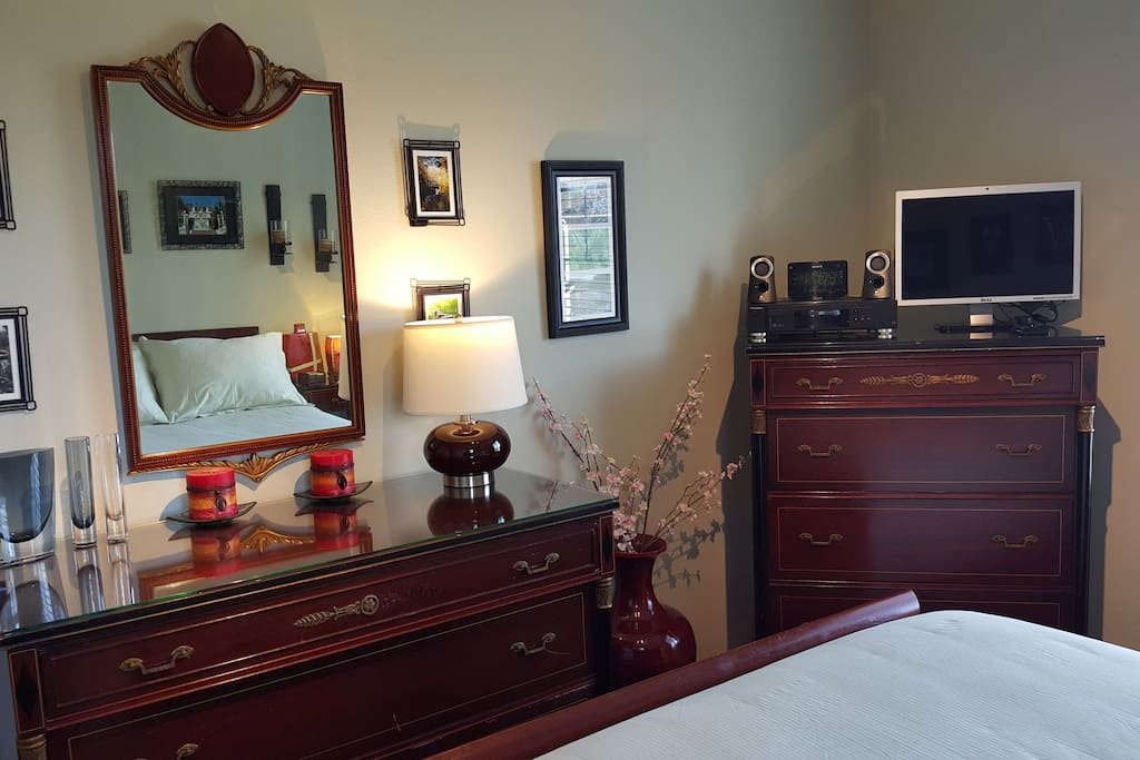 Guest Bedroom: SmartTV/DVD/Sound System with Ample drawer space