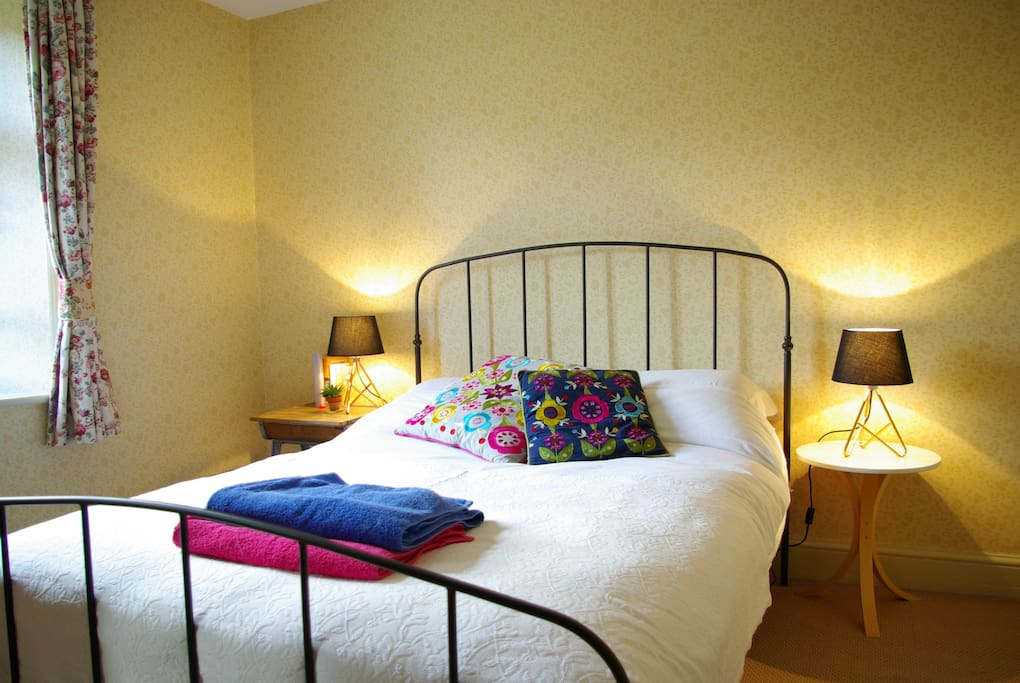 Station House - warm and bright bedroom with king size bed
