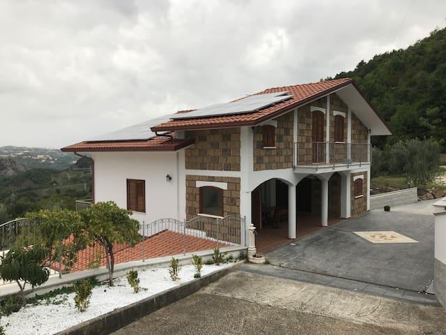 Villa Lombardi con piscina vista valle del Sabato