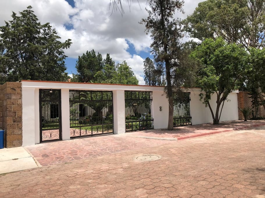 Entrada para cochera y acceso a buzon.