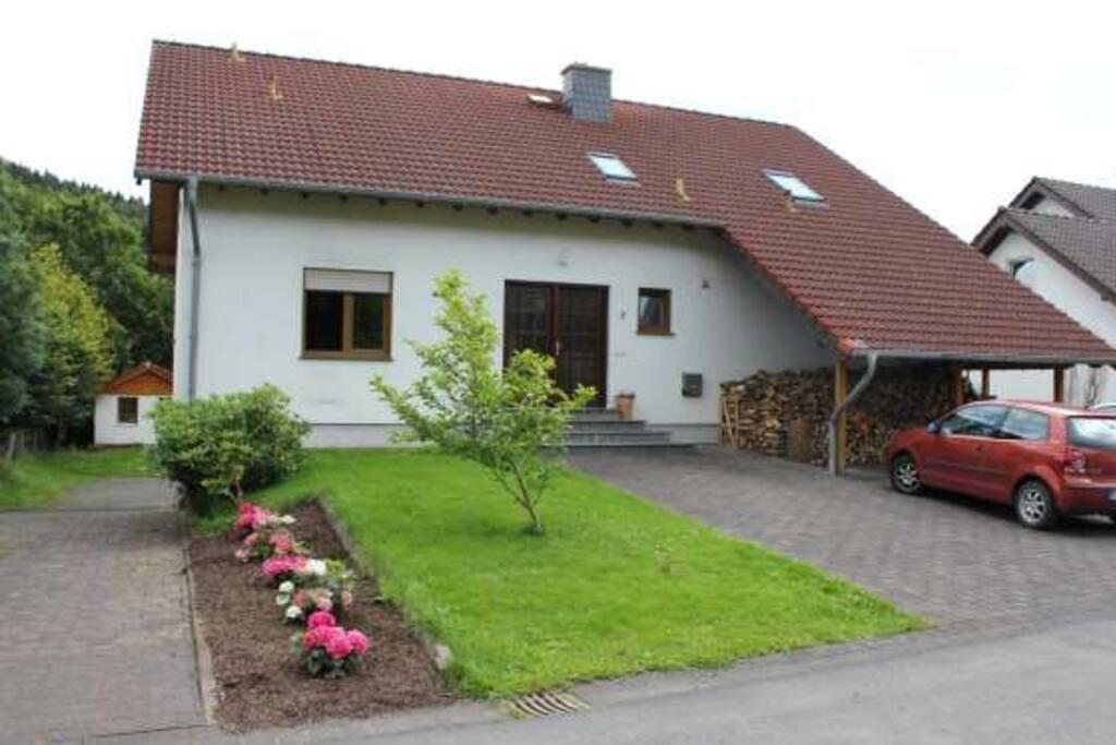Haus im Grünen mit Parkplatz