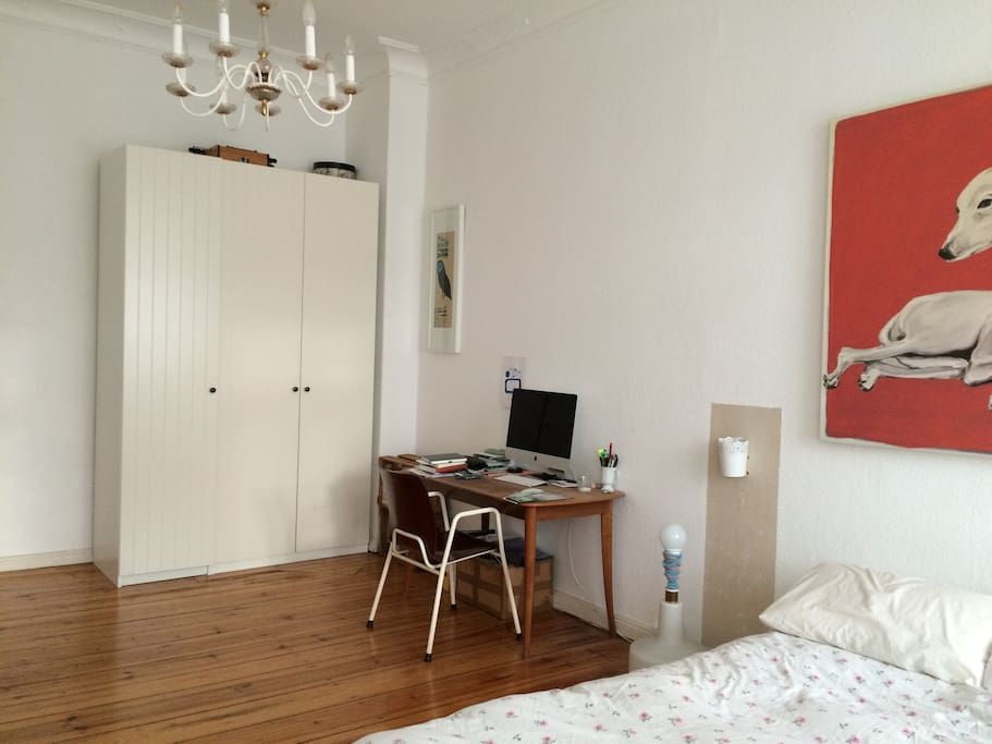 Livingroom with a small writing desk
