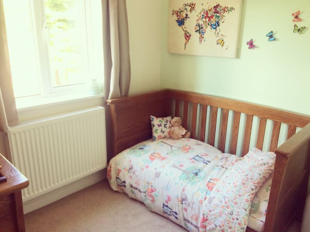 Cot bed (up to 4 years old)