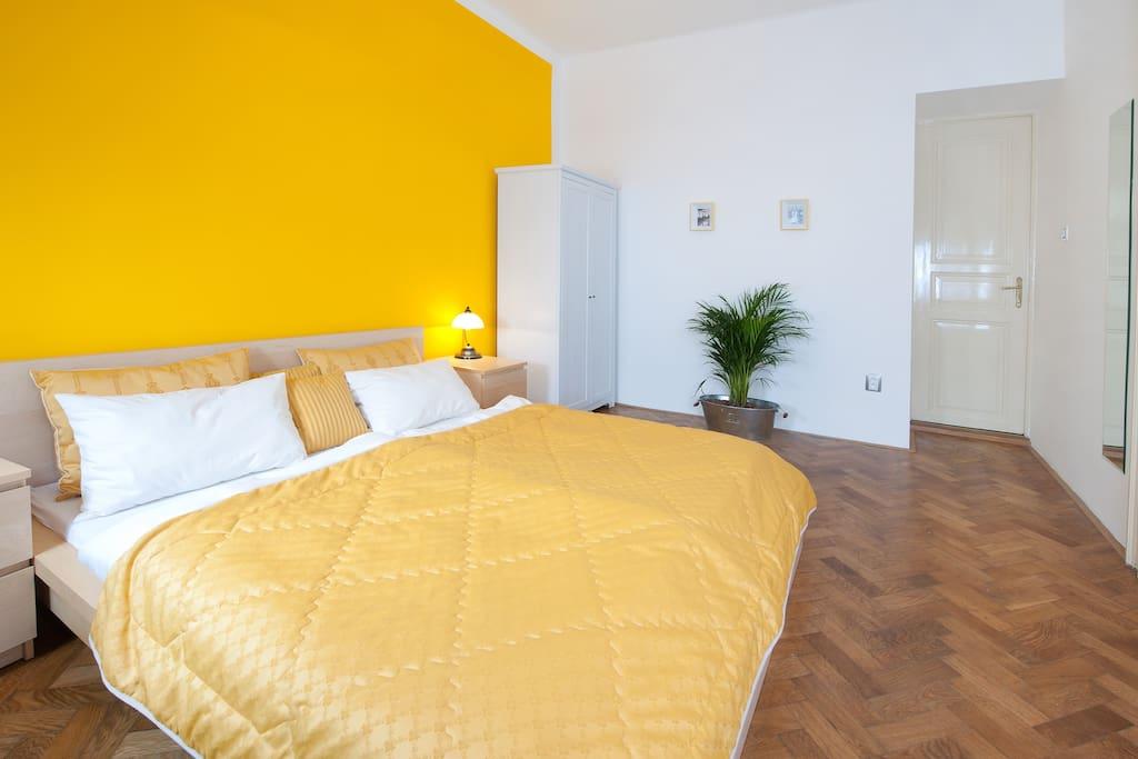 Yellow bedroom with 160x200cm.