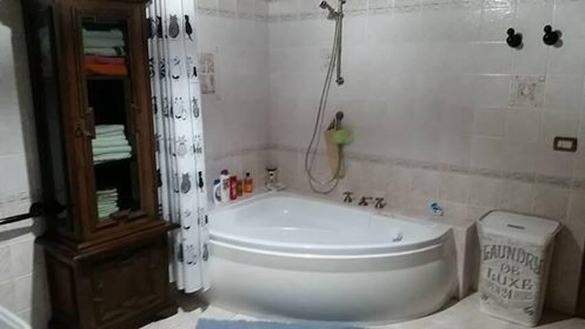 Villa Cipressi - letto matrimoniale+letto simgolo.