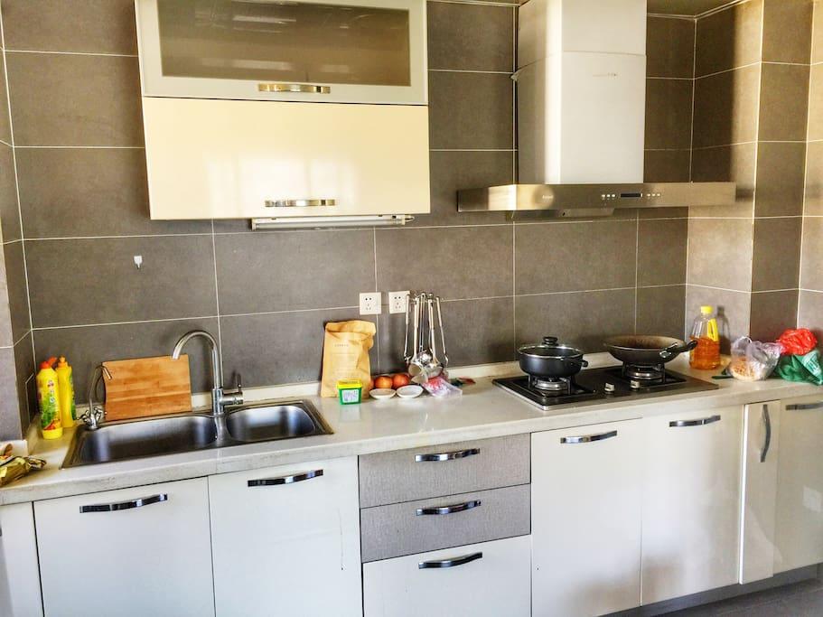 厨房 有电饭煲,微波炉,锅碗瓢盆,一应俱全