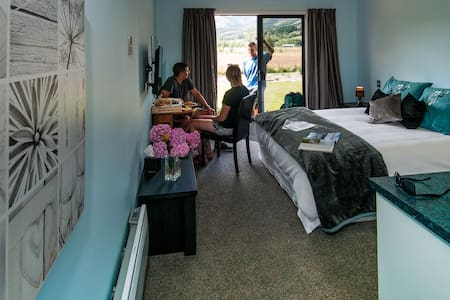 Glenorchy Peaks Deluxe Queen Ensuite Room