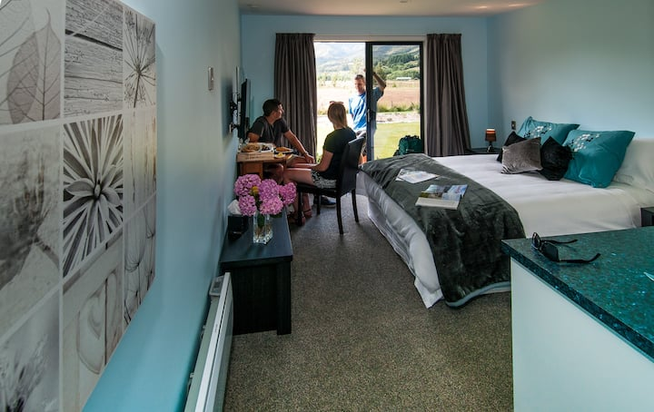 Glenorchy Peaks Deluxe Queen Ensuite Room