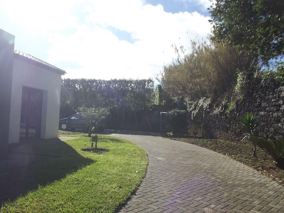 Entrada na vivenda, com parque privativo