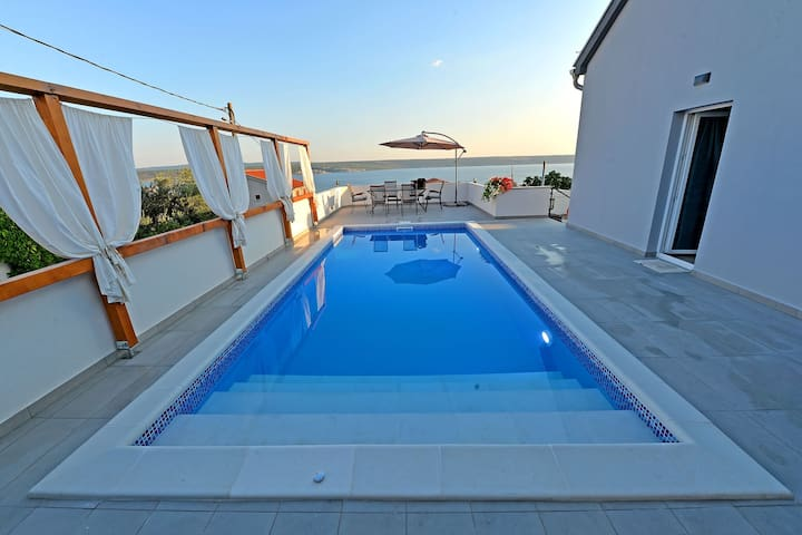 Lovely holiday home with private swimming pool, beautiful sea view terrace, BBQ