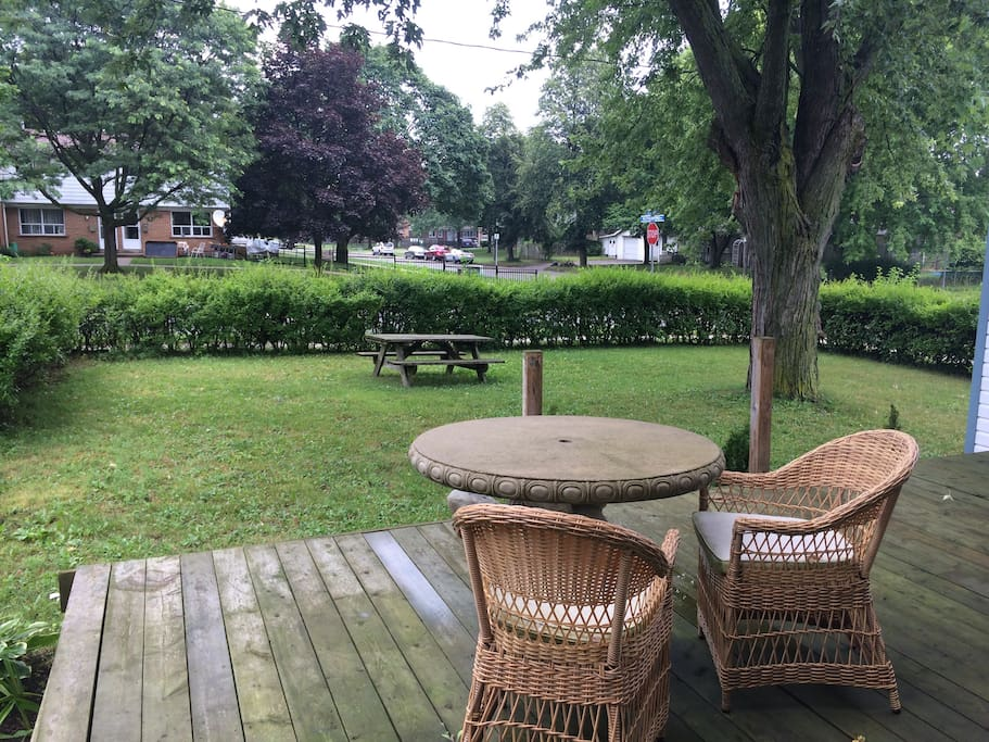 Enjoy your breakfast on the deck or have lunch with the family in the shade of the big ol' tree.