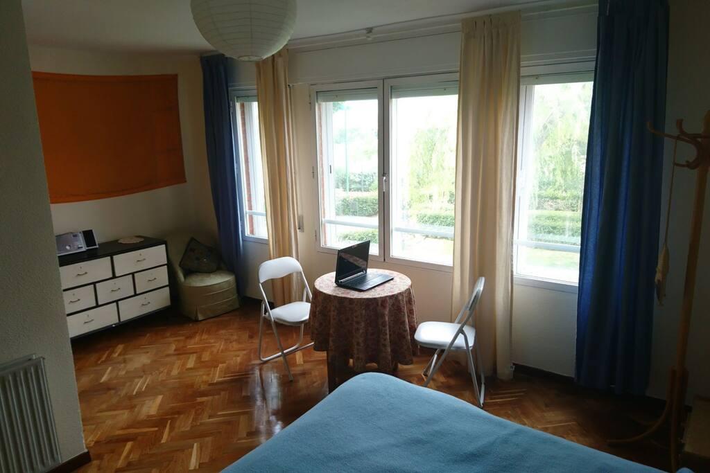 amplia habitación con vistas y baño privado