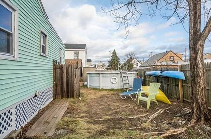 pool, outdoor shower, kayaks, fully fenced-in yard