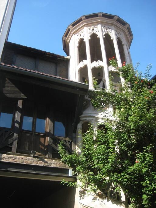 Escalier sculpté d'accès