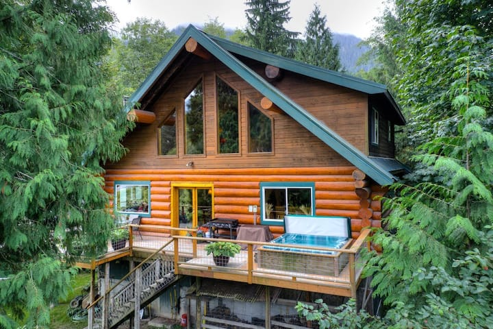 NEW! Magnificent log cabin on private riverfront lot w/ mountain view & hot tub!