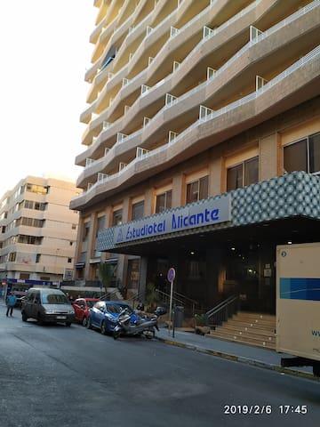Fachada del edificio, en frente El Corte Inglés ( centro comercial ) Zona muy céntrica y muy segura.