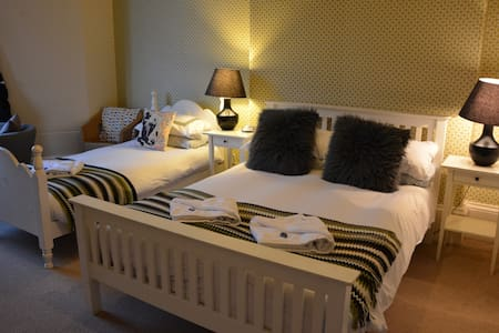 Kelvinbridge B&B, Bright Room for 3 - Glasgow - Bed & Breakfast