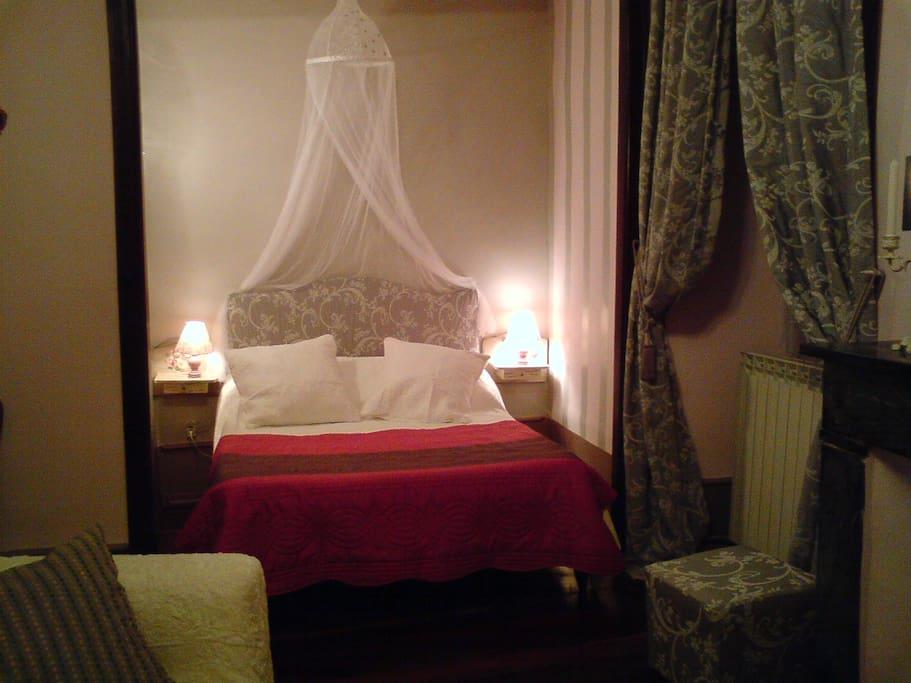 chambre LOUIS XV  elle dispose un canapé