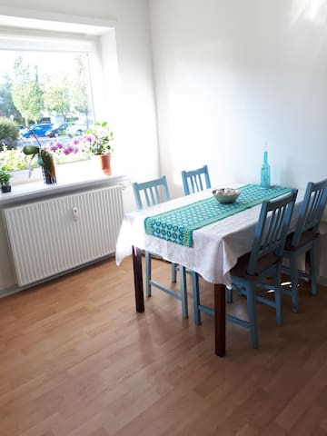 Large room in quiet area - 10 min from UNI