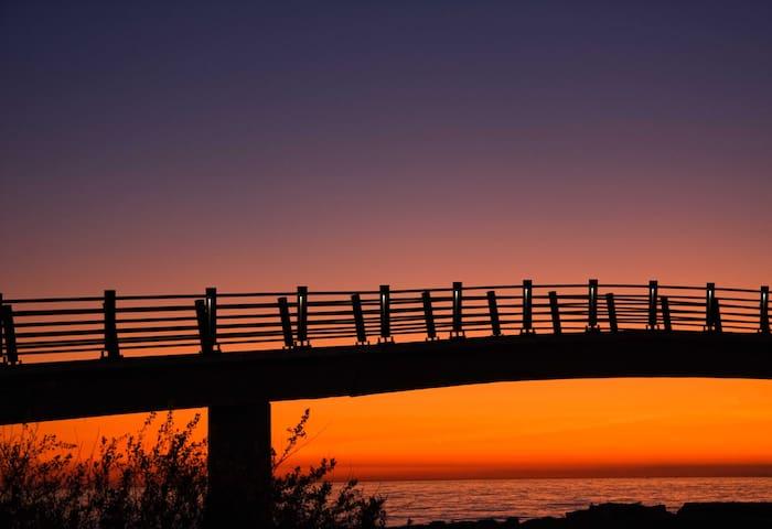 Atardecer en el puente de Algarrobo Costa