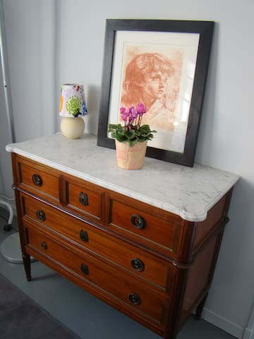 one of the antiques of the house in the flower bedroom Dans la chambre fleurs une comode antique