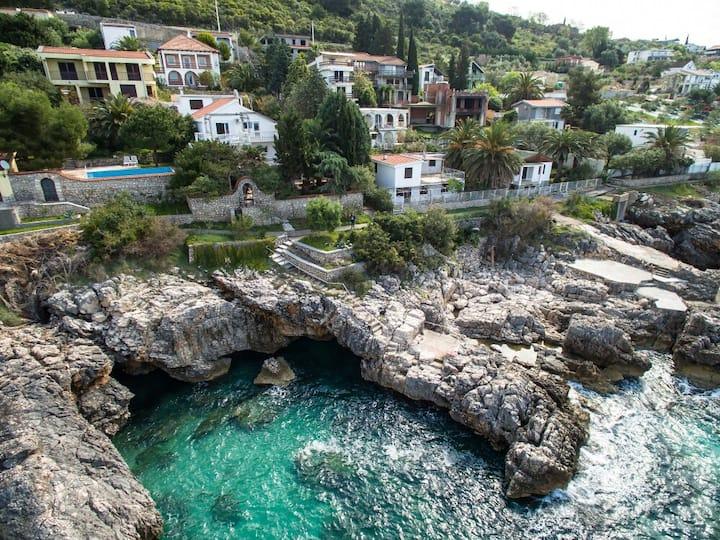 Вилла у моря со своим пляжем и тенистым двором.