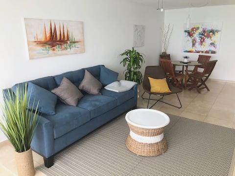 Koppla av i denna bekväma lägenhet med havsutsikt